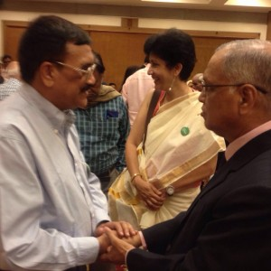 Rajive Raturi shakes hands with Mr. N R Narayan Murthy, Founder of Infosys